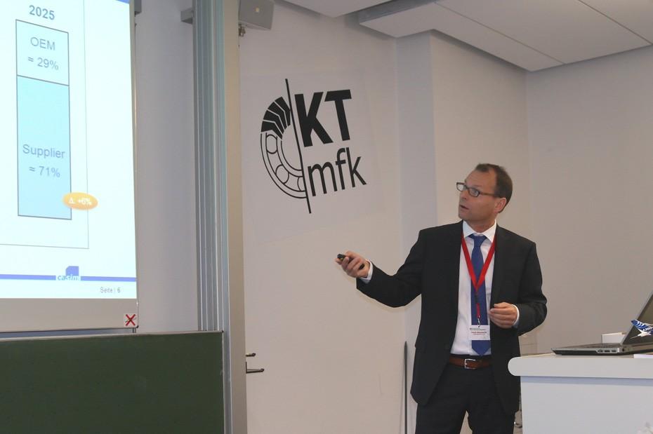 Motiviert präsentiert Dr. Frank Mannewitz seinen Vortrag dem wissbegierigen Publikum.